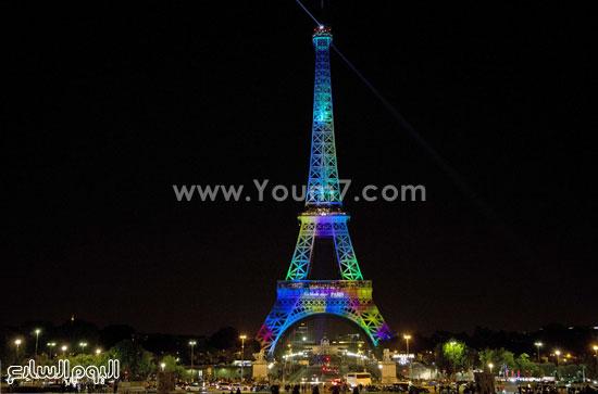 برج إيفل يضىء بالألوان مع شعار