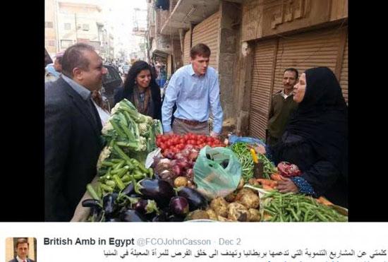 السفير البريطانى بأحد الأسواق الشعبية بالمنيا -اليوم السابع -10 -2015