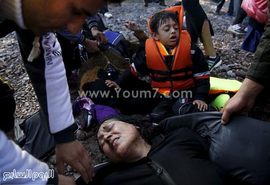 اجئة تنهار انهيارًا تامًا بعد وصولها إلى جزيرة ليسبوس اليونانية  -اليوم السابع -10 -2015