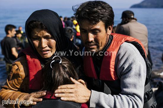 الأب والأم يحاولان التخفيف عن الصغيرة  -اليوم السابع -10 -2015