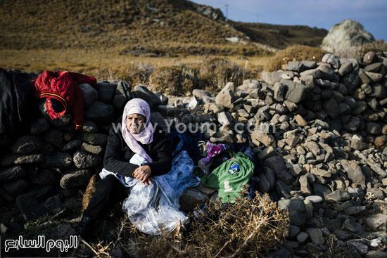 سيدة تجمع كل ما تملك فى حوزتها على الشاطئ  -اليوم السابع -10 -2015