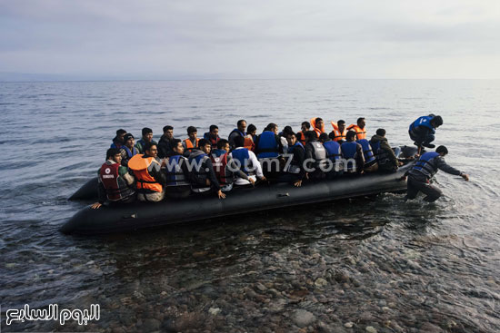 يصل يوميًا آلاف المهاجرين على متن قوارب مطاطية متهالكة إلى جزيرة ليسبوس اليونانية  -اليوم السابع -10 -2015