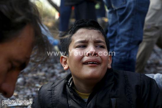 طفل يبكى ما رآه من مشقة  -اليوم السابع -10 -2015