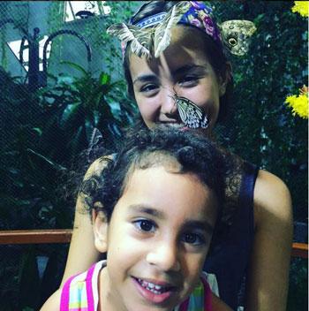 باسم يوسف ينشر صور له مع ابنته في حديقة الفراشات بدبى 1 19/10/2015 - 7:26 م