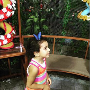باسم يوسف ينشر صور له مع ابنته في حديقة الفراشات بدبى 4 19/10/2015 - 7:26 م