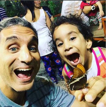 باسم يوسف ينشر صور له مع ابنته في حديقة الفراشات بدبى 5 19/10/2015 - 7:26 م