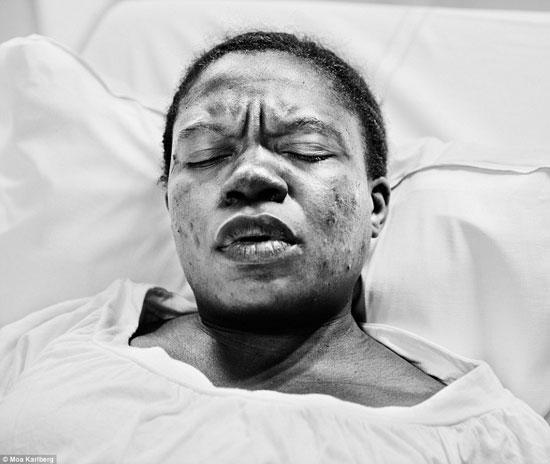واحدة من صور النساء أثناء الولادة بالأبيض والأسود -اليوم السابع -10 -2015