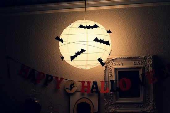 يمكن لطفلك مشاركتك صنع الوطواط وأنتِ تثبتيه على المصباح -اليوم السابع -10 -2015