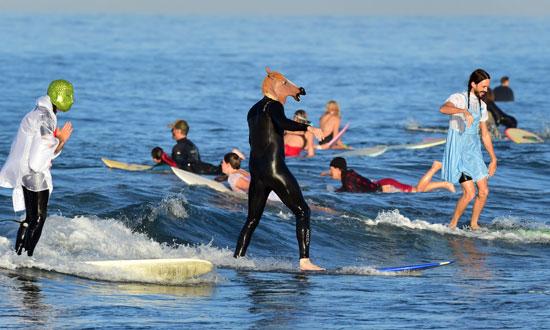 مشاركة عدد من الأمريكيين فى احتفالية الهالوين على شاطئ