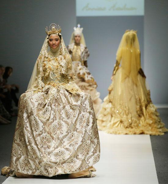435c1f5aa7d71 فستان مطرز باللون الذهبى مناسب كثيرًا لحضور حفل، كما هو مصمم بطريقة تناسب  الفتاة المسلمة