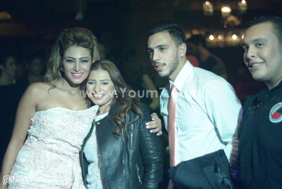 منه جلال تتوسط العروسان -اليوم السابع -11 -2015