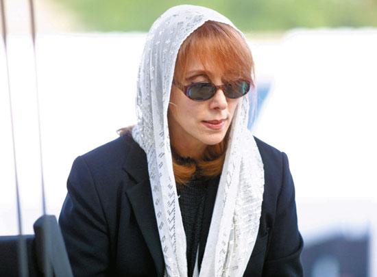 فيروز مرتدية نظارة شمس وغطاء رأس -اليوم السابع -11 -2015