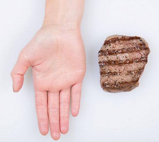 اللحوم الحمراء.. تناول قطعة منها فى نفس محيط وحجم راحة اليد. -اليوم السابع -11 -2015