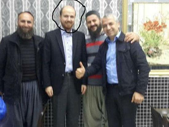 بلال نجل أردوغان يتوسط الصوره