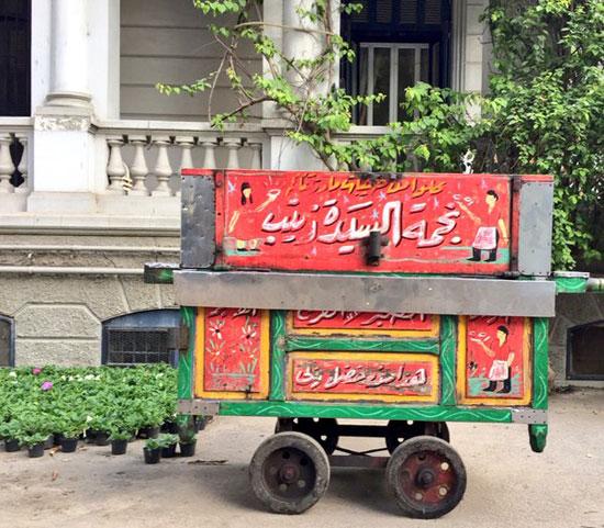 بالصور سفير بريطانيا يتناول افطاره علي عربة فول بالسيدة زينب