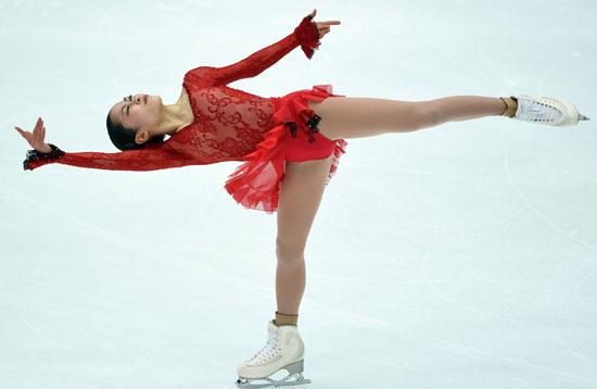 ساتوكو مياهارا من اليابان تشارك فى مسابقة الرقص على الجليد -اليوم السابع -11 -2015