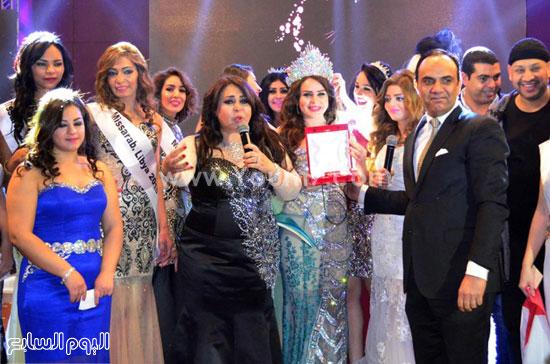 ملكة جمال العرب 2015 تتوسط المتسابقات والقائمين على المهرجان