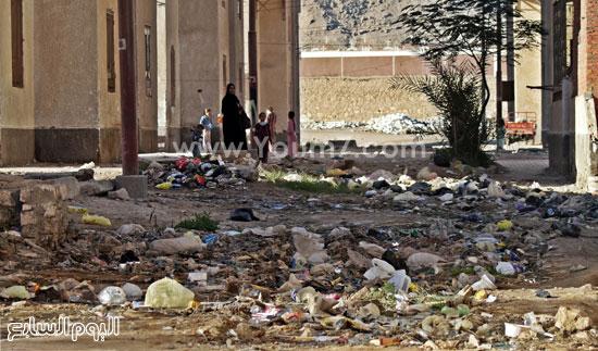 القمامة ومياه الصرف تهدد حياة ألف  (2)