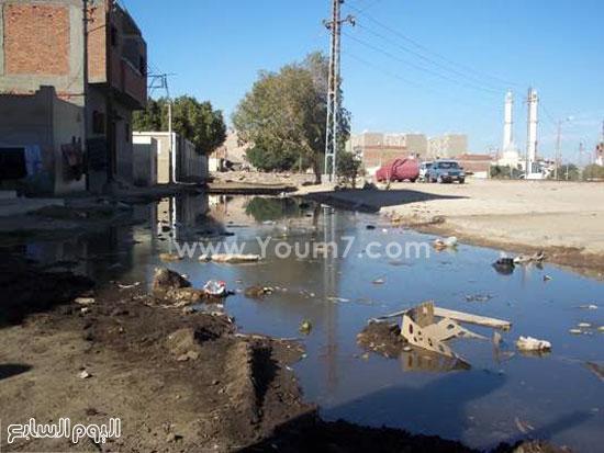 القمامة ومياه الصرف تهدد حياة ألف  (3)