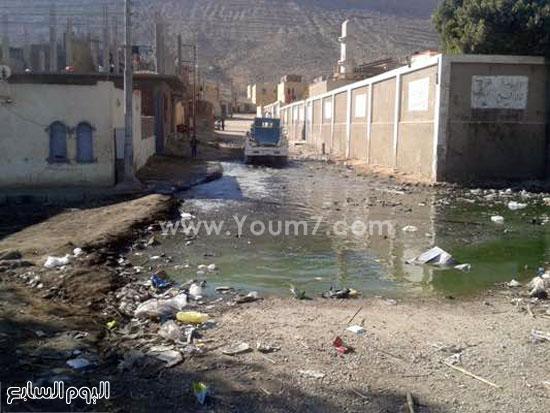 القمامة ومياه الصرف تهدد حياة ألف  (7)