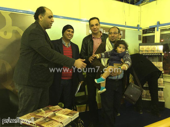 -وائل-السمرى-يوقع-ابنى-يعلمنى-بجناح-المصرية-اللبنانية-فى-معرض-الكتاب-(17)
