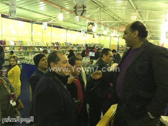 -وائل-السمرى-يوقع-ابنى-يعلمنى-بجناح-المصرية-اللبنانية-فى-معرض-الكتاب-(19)