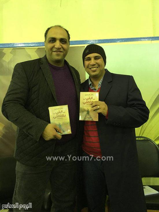 -وائل-السمرى-يوقع-ابنى-يعلمنى-بجناح-المصرية-اللبنانية-فى-معرض-الكتاب-(21)