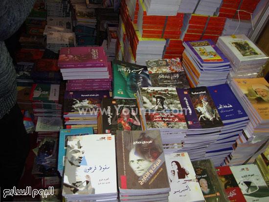 أقبال-جماهيرى-كبير-على-جناح-إصدارات-قصور-الثقافة-بمعرض-الكتاب-(8)