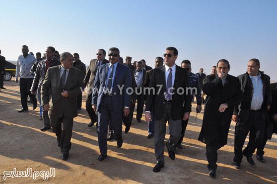 محافظ أسيوط ورئيس المركزى للتعمير يضعان حجر اساس مشروع طريق الهضبة الغربية (2)