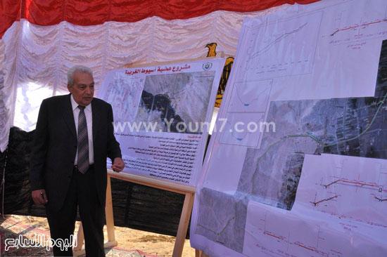محافظ أسيوط ورئيس المركزى للتعمير يضعان حجر اساس مشروع طريق الهضبة الغربية (7)