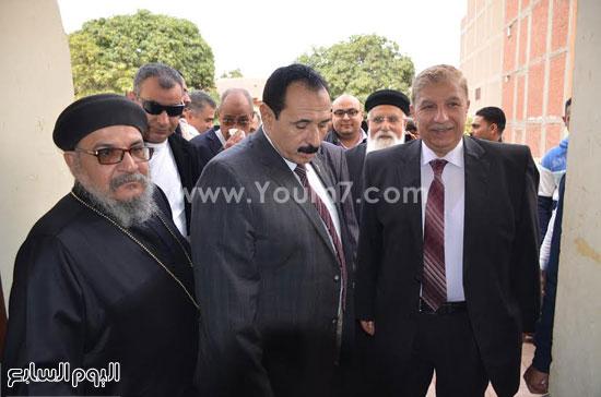 المحافظ ومدير الأمن أثناء الزيارة   -اليوم السابع -1 -2016