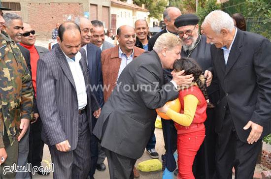 المحافظ يصافح طفلة -اليوم السابع -1 -2016