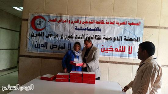 تقديم حلوى مولد النبى لإحدى العاملات -اليوم السابع -12 -2015