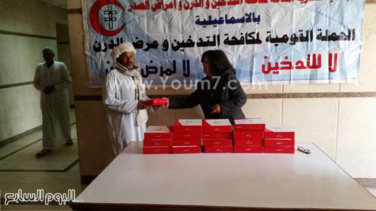 جانب من توزيع حلوى المولد النبوى على مرضى مستشفى الصدر -اليوم السابع -12 -2015