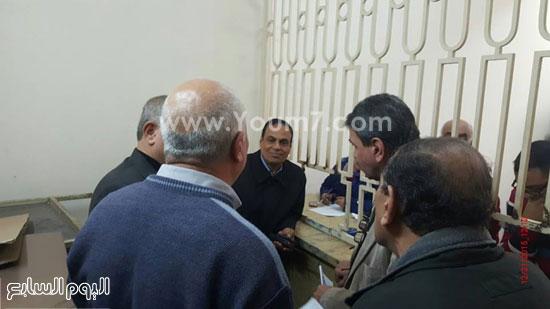 رئيس الحى يشرف على عملية تسليم التعويضات -اليوم السابع -12 -2015