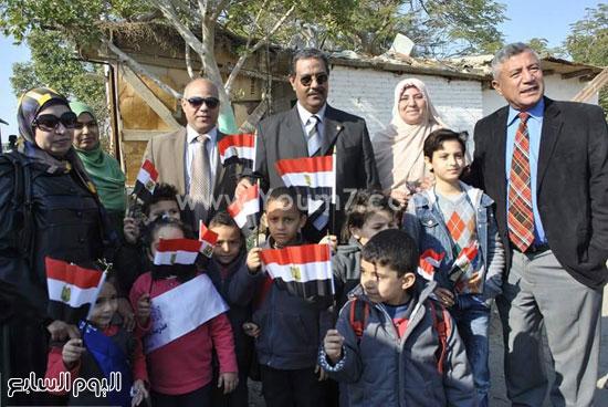 عميد طب بيطرى مع الأطفال -اليوم السابع -12 -2015