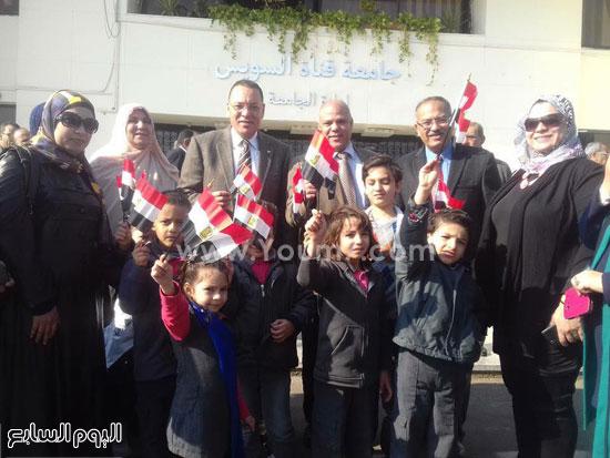 رئيس الجامعة يستقبل الأطفال أمام الإدارة -اليوم السابع -12 -2015