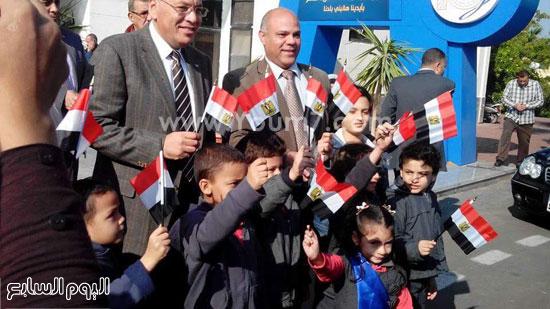 صورة تذكارية للأطفال مع رئيس الجامعة -اليوم السابع -12 -2015