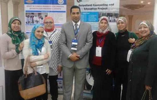 مدير مستشفى الهرم الدكتور هانى راشد مع فريق الصيدلة الإكلينيكة  -اليوم السابع -12 -2015