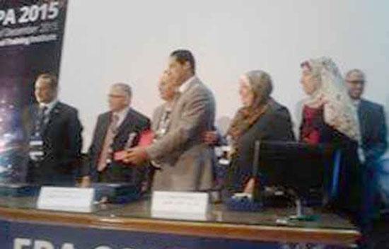 مدير مستشفى الهرم أثناء تسلمه الجائزة.  -اليوم السابع -12 -2015