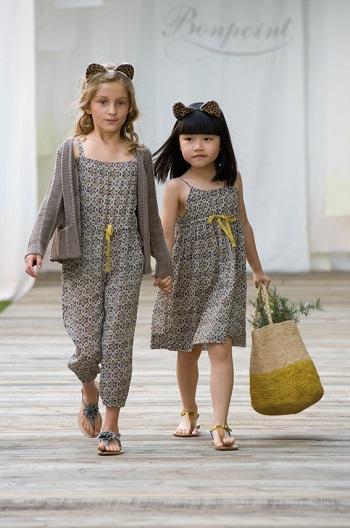 e6223fe2a بالصور ملابس أطفال من على منصات الموضة لبسى بنتك من وحى عروض الأزياء -