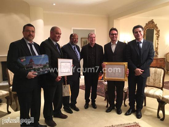 الجالية المصرية بسويسرا مع السفير (4)