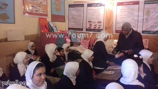 وكيل-وزارة-التربية-والتعليم-بالإسماعيلية-يكرم-طالبتين-بمدرسة-صفية-زغلول-(1)