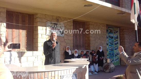 وكيل-وزارة-التربية-والتعليم-بالإسماعيلية-يكرم-طالبتين-بمدرسة-صفية-زغلول-(2)
