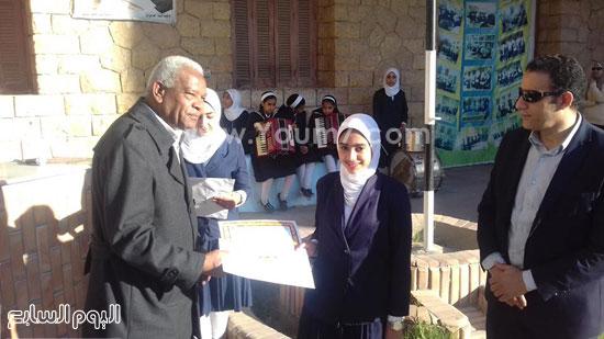 وكيل-وزارة-التربية-والتعليم-بالإسماعيلية-يكرم-طالبتين-بمدرسة-صفية-زغلول-(3)