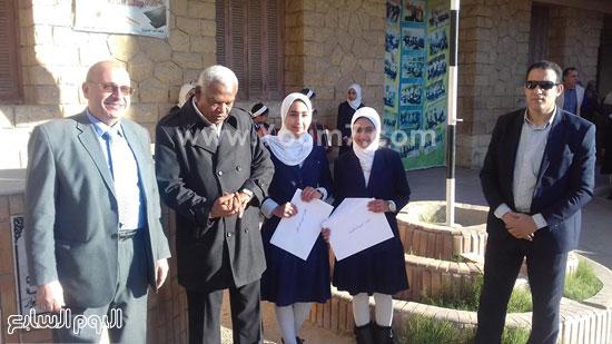 وكيل-وزارة-التربية-والتعليم-بالإسماعيلية-يكرم-طالبتين-بمدرسة-صفية-زغلول-(5)