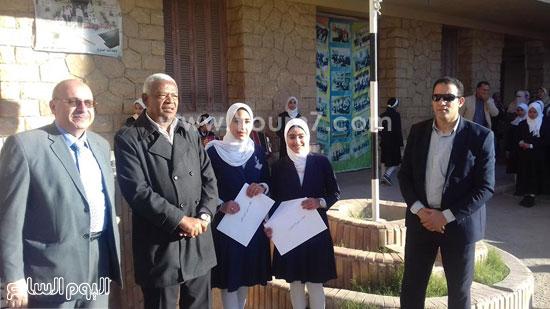 وكيل-وزارة-التربية-والتعليم-بالإسماعيلية-يكرم-طالبتين-بمدرسة-صفية-زغلول-(6)