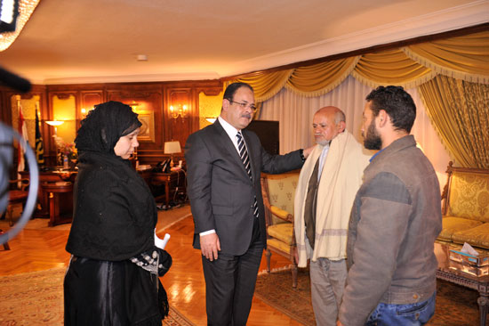 اللواء مجدى عبد الغفّار وزير الداخلية مع اهالي القتيل (1)