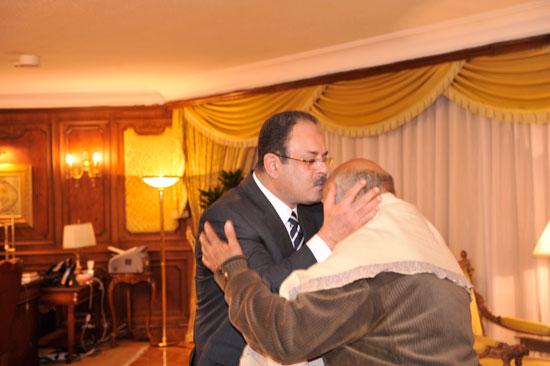 اللواء مجدى عبد الغفّار وزير الداخلية مع اهالي القتيل (3)