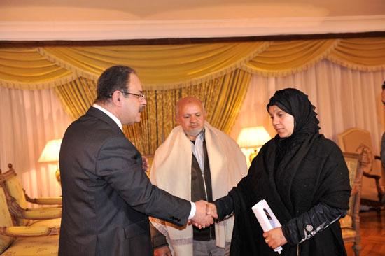 اللواء مجدى عبد الغفّار وزير الداخلية مع اهالي القتيل (6)